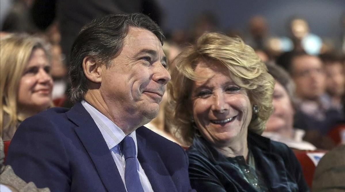Ignacio González y Esperanza Aguirre, durante el acto de entrega de carnetsa nuevos afiliados del PP de Madrid, el 9 de diciembre del 2014.