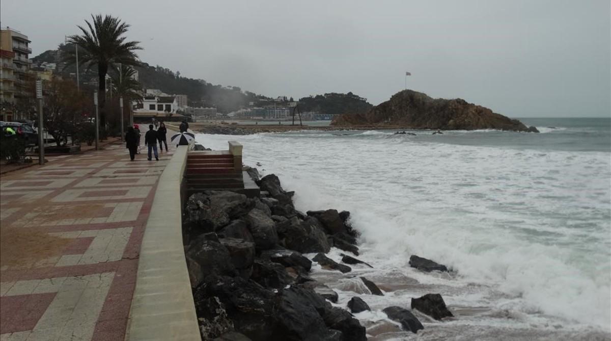 La playa de Blanes, tras los temporales del pasado invierno.