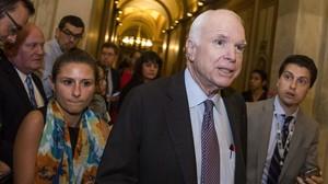 El senador republicano John McCain tras el voto sobre la reforma del sistema sanitario.