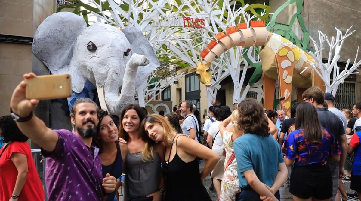 Elefante y jirafa que dan la bienvenida a los visitantes de Verdi, este martes.