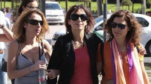 Juana Rivas (centro) con dos acompañantes a su llegada al juzgado este martes.