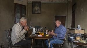 Paco y Enrique, agricultores jubilados, almuerzan en una alquería de Alboraya.