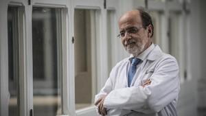 El doctor Ramon Estruc, médico e investigador del Hospital Clínic, en el centro sanitario.