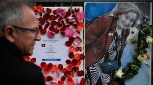 Una hombre mira una foto de Knoll y la convocatoria a una marcha de protesta por su asesinato, en París.