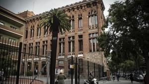 Vista exterior del Instituto de Les Corts, centro ubicado en Travessera de les Corts de Barcelona, este martes.