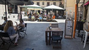 Terrazas en el eje de la plaza de Santa Maria.