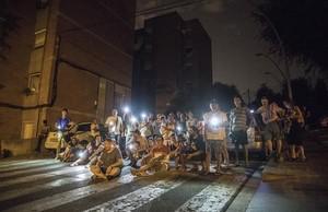Vecinos de Marina de Port salen a la calle después de quedarse sin luz a altas horas de la madrugada