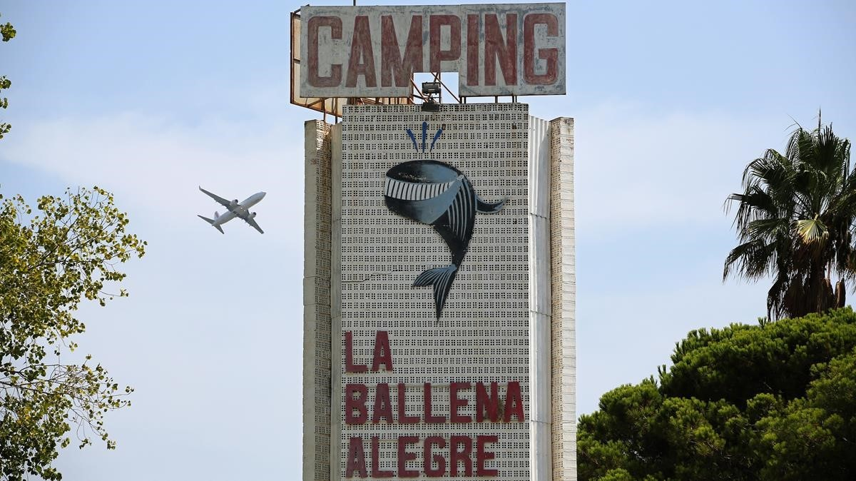 El icónico rótulo del desaparecido cámping La Ballena Alegre.