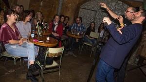Xavier Castells y Chris Groves (con gafas), en Las Cuevas de Los Rajahs.