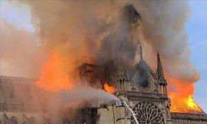 Las llamas se elevan en la catedral.