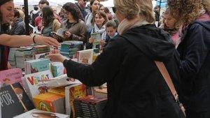 Venta de libros en una parada en la plaça de l'Ajuntament de Badalona.
