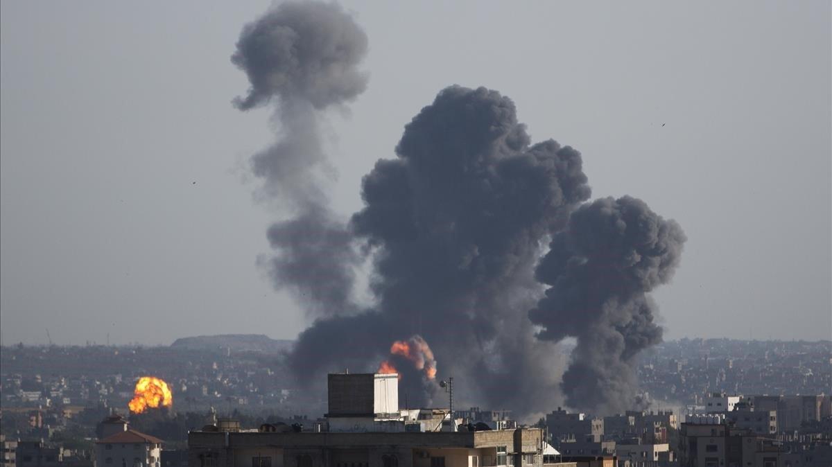 Bombardeos israelíes sobre la ciudad de Gaza este sábado 4 de mayo.