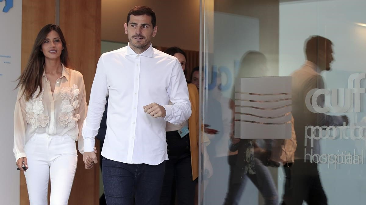 Iker Casillas, en el momento de abandonar el hospital acompañado de su mujer, la periodista Sara Carbonero.