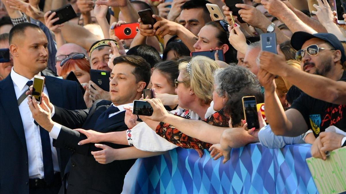 Zelenski se hace selfis antes de la ceremonia de toma de posesión de la presidencia de Ucrania.
