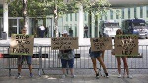 Concentración frente a la Ciutat de la Justícia de Barcelona, este lunes.