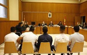 Cinco de los acusados, este martes en la Audiencia de Barcelona.