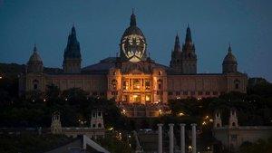 La señal de Batman, proyectado sobre la cúpula principal del Museu Nacional d'Art de Catalunya (MNAC), este sábado.