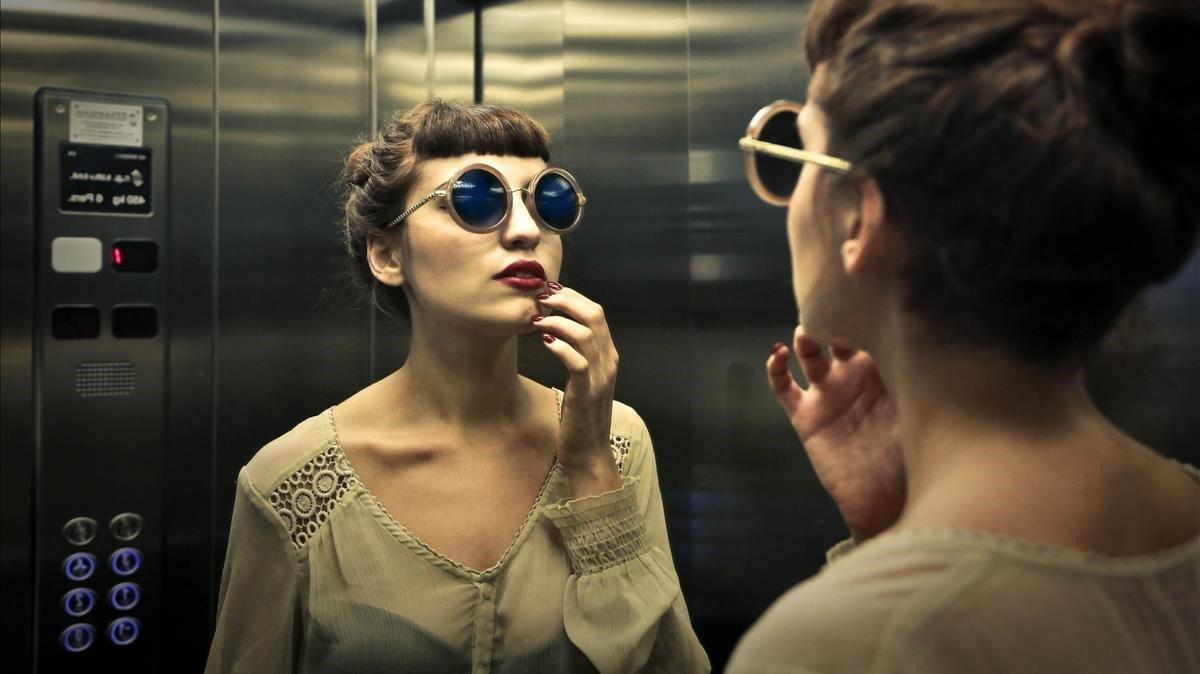 El espejo de ascensor en el que siempre te ves guapo