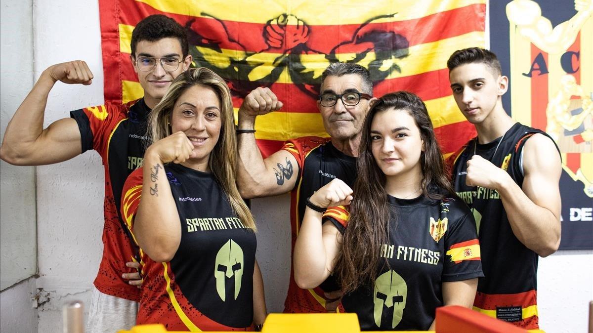 De izquierda a derecha, Arnau Hellín, Sonia Miras, Juan Antonio Miras, Desiré Aliaga y Marcos Caramés, los deportistas que participarán en el próximo mundial de lucha de brazos en Rumanía.