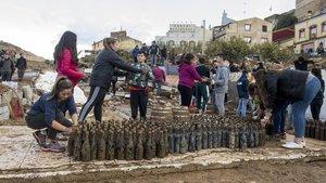Vecinos de L'Espluga de Francolí hacen cadena para rescatar botellas de vino de la bodega Rendé Masdéu