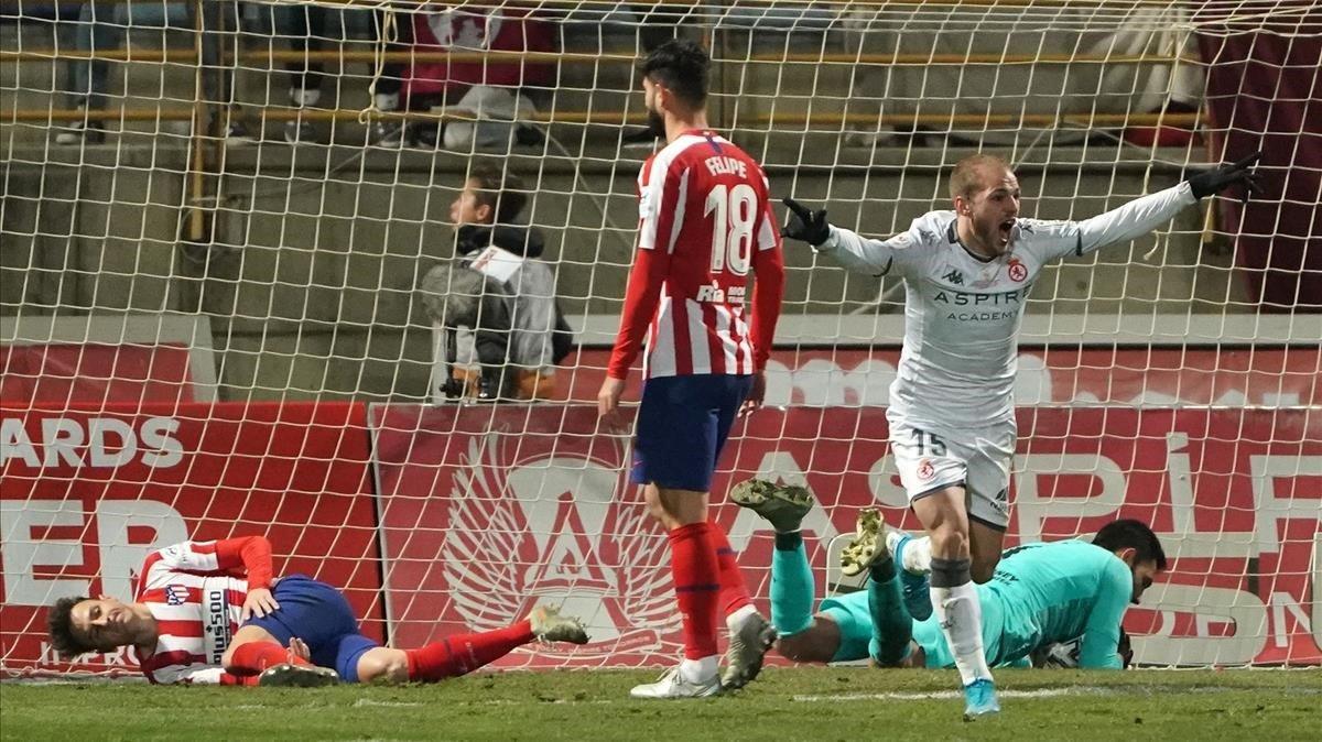 El delantero del Cultural Leonesa Antonio Adán celebra el gol que apeó al Atlético de la Copa.