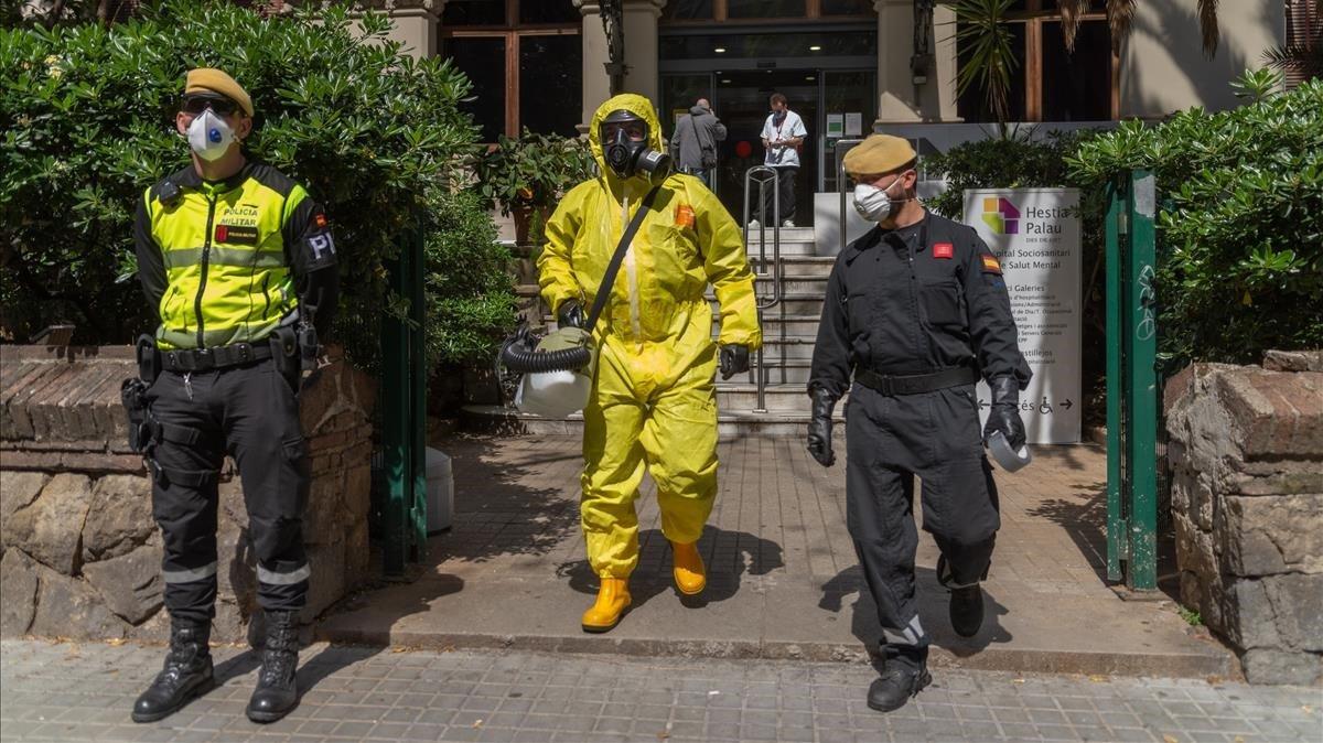 Miembros de la UME desinfectan el centro sociosanitario Hestia Palau, en Barcelona.