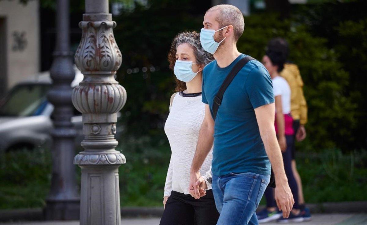 Una pareja camina con mascarillas para protegerse del coronavirusen Pamplona, el pasado 7 de mayo.
