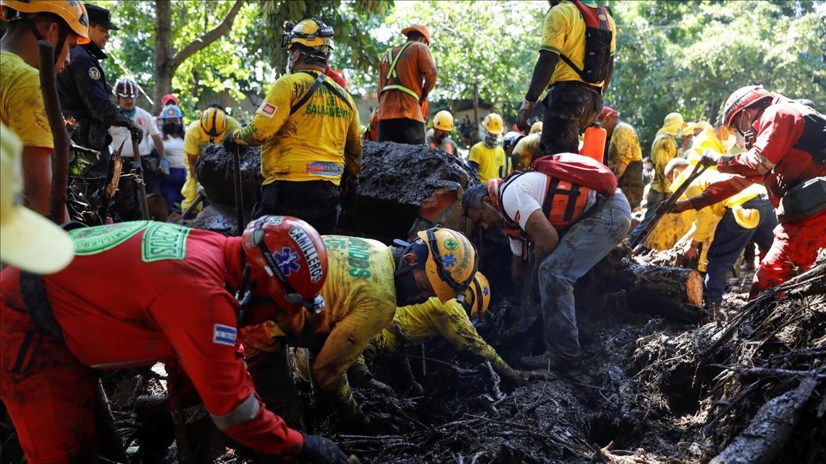 Almenys 7 morts i més de 35 desapareguts per un corriment de terra al Salvador
