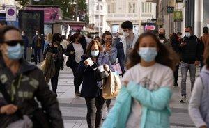 Gente con mascarilla paseando por el centro de Madrid, el pasado día 2.