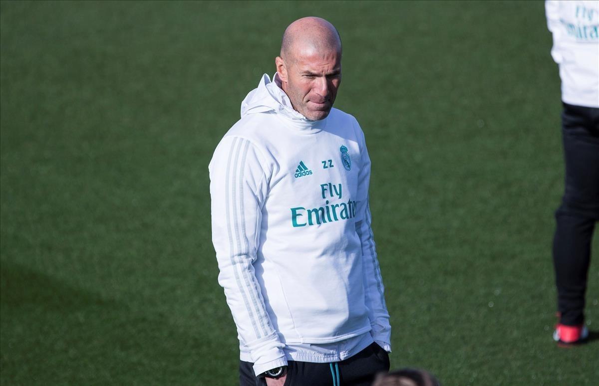 Zinedine Zidane, durante el entrenamiento de este viernes en Valdebebas.