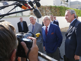 Jean-Marie le Pen, davant la seu central del seu partit a Nanterre.
