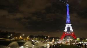 La torre Eiffel il·luminada amb els colors brillants de la bandera nacional francesa , tras els atemptats.