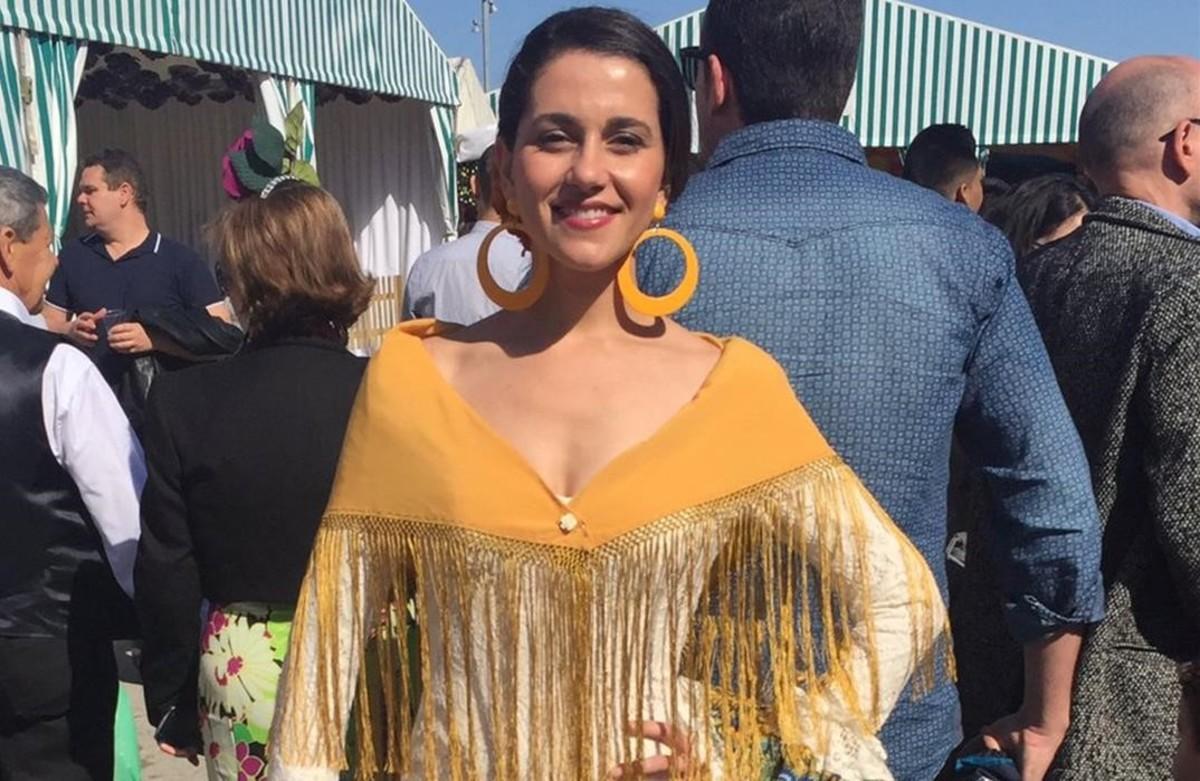 In s arrimadas se viste de flamenca en la feria de abril for Ferias barcelona hoy