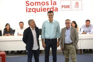 El secretario general del PSOE, Pedro Sánchez, flanqueado por los secretarios generales de UGT, Pepe Álvarez, y de CCOO, Ignacio Fernández Toxo (derecha).