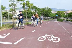Un nuevo carril bici une el centro de Viladecans con la playa.