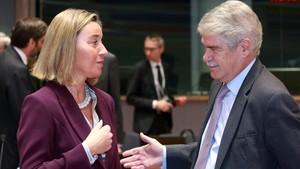 El ministro de Asuntos Exteriores, Alfonso Dastis, conversa con la jefa de la diplomacia europea, Federica Mogherini.
