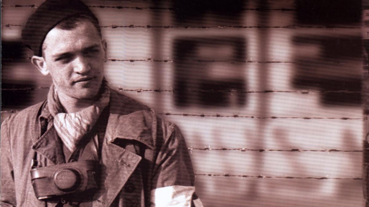 Francesc Boix, en Mauthausen, tras la liberación del campo, con la cámara al cuello.