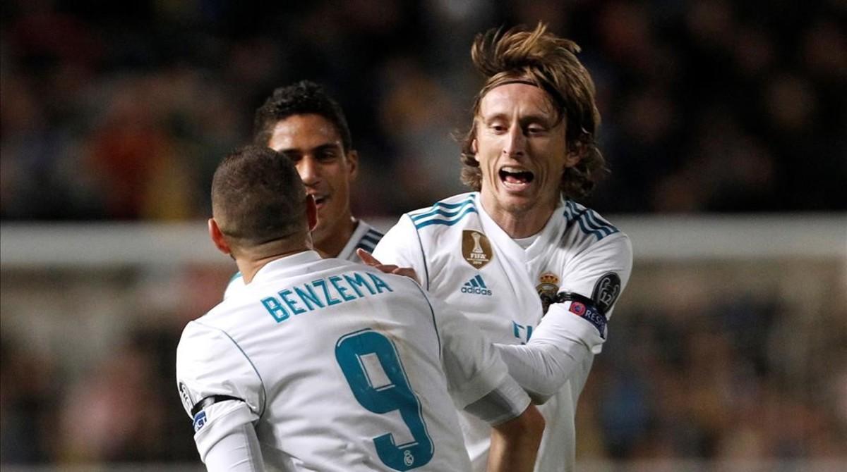 Modric se abraza a Benzema en un partido de Champions.