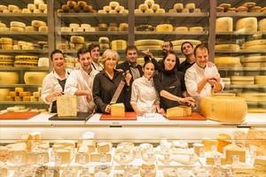 El equipo de Vilaviniteca y sus neveras de quesos, en LIlla Diagonal.