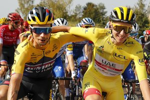 Los eslovenos Tadej Pogacar (d) y Primoz Roglic durante la última etapa del Tour.