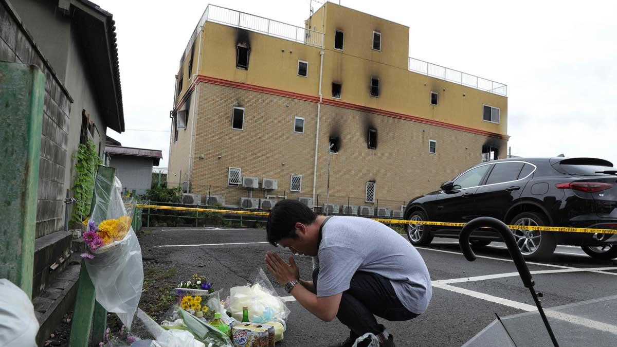 Persona reza por las víctimas del incendio en Kyoto Animation