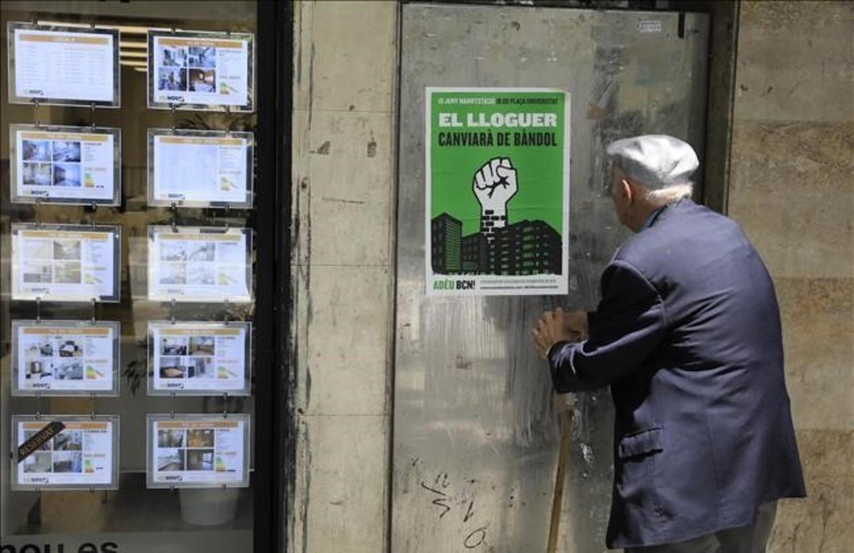 Anuncios de una inmobiliaria en la calle de Sants, en Barcelona.
