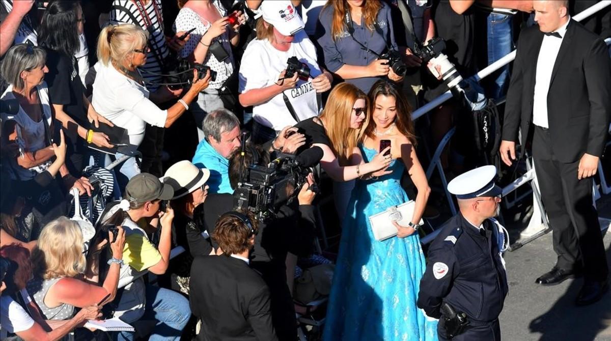 La actriz Michelle Yeohposa para selfis durante el Festival de Cannes del año pasado.
