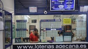 Administración de Lotería núm 1 del centro comercial Diagonal Mar. En la foto la trabajadora Valeria Álvarez.