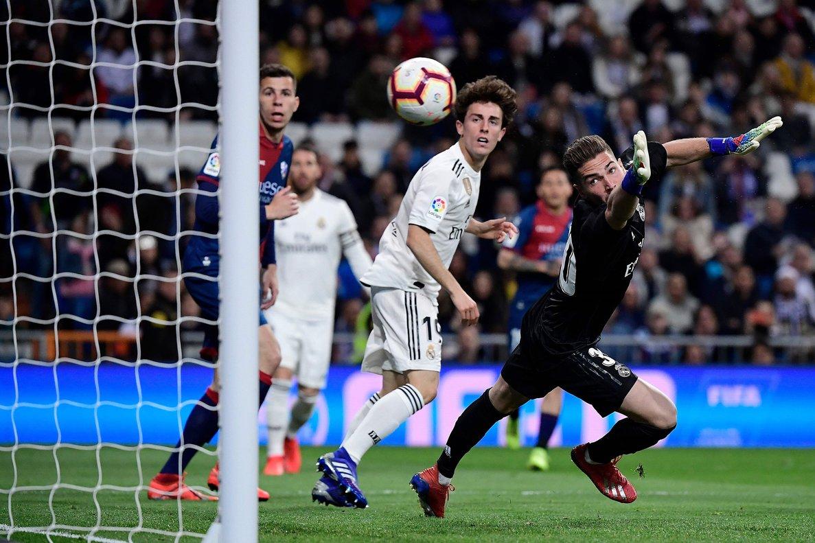 El portero del Madrid Luca Zidane observa cómo entra el balón en su portería en uno de los goles del Huesca.