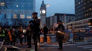 Agentes antidisturbios, cerca de la entrada de la estación de trenes de Lyón, en París, este viernes.