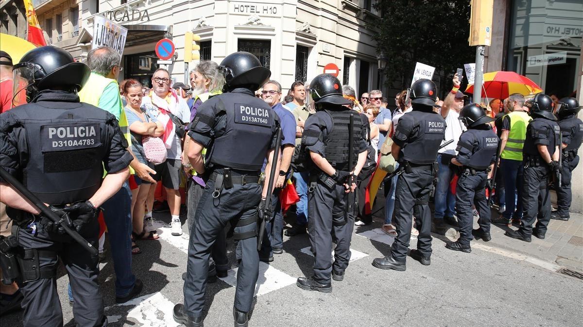 Agentes de los Mossos interponiéndose entre las dos manifestaciones.