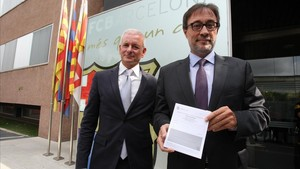 Agustí Benedito, junto a Lluís Daniel Geli, su segundo, muestra las papeletas para el voto de censura.