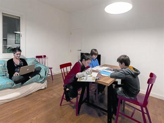 Alessandro, Unai y Hugo, de 9 años, hacen sus deberes en presencia de Laura, madre del primero, el viernes pasado, en Barcelona.