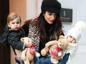 Amal Clooney enseña por primera vez a sus mellizos, Alexander y Ella.